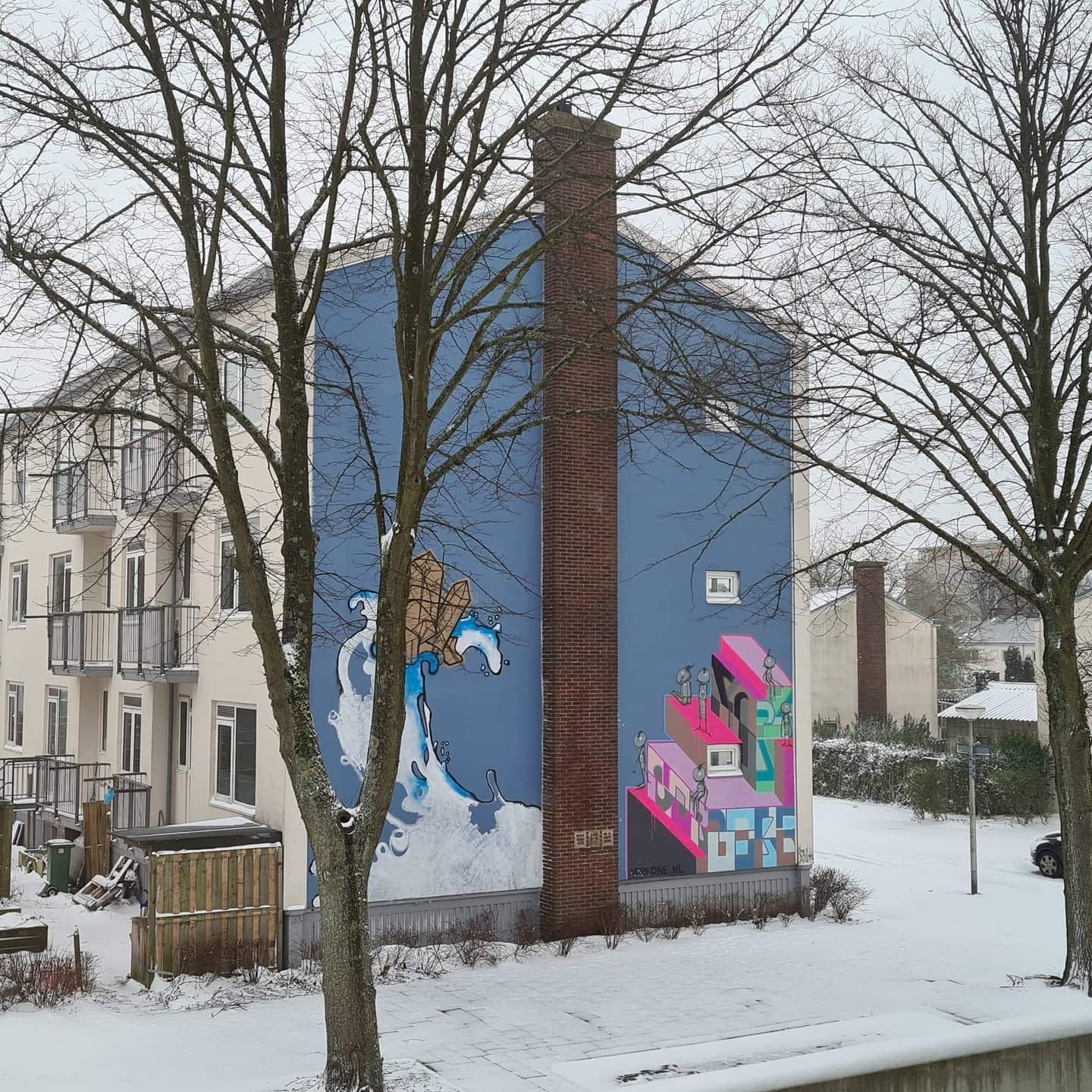 Today I was going to finish another Mural in Delft, but Mother Nature thought otherwise haha! This snowy picture was sent to me this morning by one of the neighbours First time working this big, really fun to do and so much to learn! Also very nice to meet and work alongside a few other muralists Thank you again @michadebie and @openartgallerydelft for involving me in this! 🥰#streetart #mural #bomenwijkdelft #oefenenoefenenoefenen #snowstorm #pasteart #wheatpasteart
